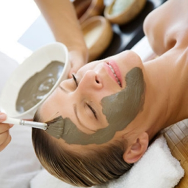woman-getting-mud-mask-at-spa-horiz